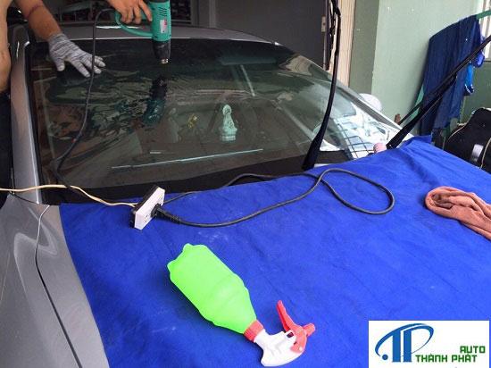 nhân viên đang dán film cách nhiệt cho xe ford focus tận nơi tại nhà