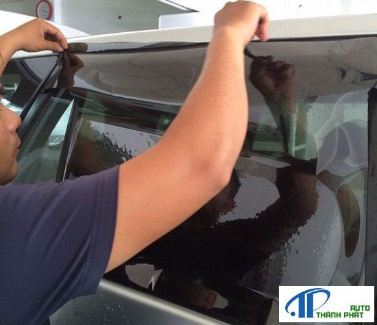 nhân viên đang dán fim cách nhiệt tại nhà cho xe kia sorento